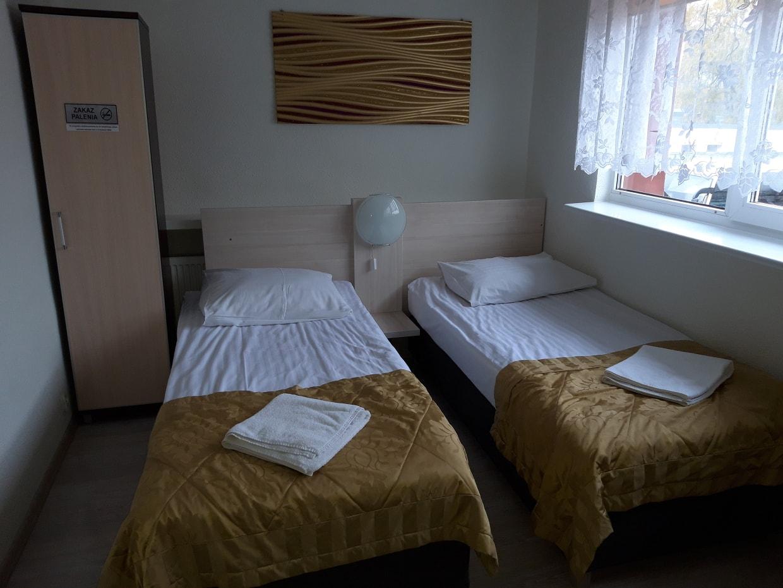Łóżka w pokoju hotelowym